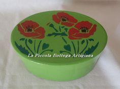 Scatola in cartone ovale cm 12x6,5x6,5 trattata con acrilico verde e decorata con stencil