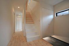 玄関ホール : Minimalist corridor, hallway & stairs by 若山建築設計事務所
