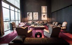 A tendência de usar cinza na decoração também aparece no ambiente, com pé direito duplo, assinado por Roberto Migotto.