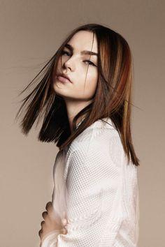 Gerade geschnittene schulterlange Frisur mit Highlights