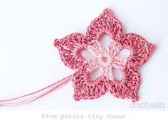 Five petals tiny crochet flower by Anabelia Tutorial ༺✿Teresa Restegui http://www.pinterest.com/teretegui/✿༻