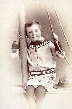 Boy in a sailor suit - his expression looks do sweet. Vintage Abbildungen, Vintage Sailor, Vintage Nautical, Vintage Girls, Vintage Children Photos, Vintage Pictures, Vintage Images, Sailor Outfits, Sailor Dress