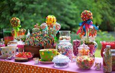 Doces variados  Essa é a decoração que mais vai chamar atenção da criançada. Compre jujubas coloridas, pirulitos, balas, gominhas etc, e separe em potinhos de vidro ou de plástico.