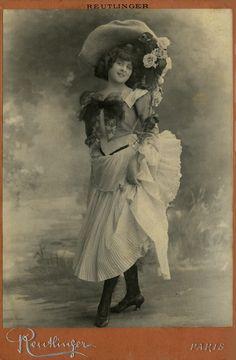Actrice Elise de Vère. Kabinet bromide foto (1900) gemaakt door Leopold Reutlinger in Parijs. Verzameling Wilfried Vandevelde.