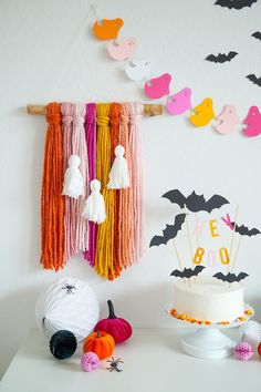 Create the BEST halloween party with DIY Halloween Party Decor. Grab some paper and cut all of the cute stuff for your next party Halloween 2018, Diy Halloween Party, Pink Halloween, Halloween Inspo, Halloween Home Decor, Halloween Birthday, Dollar Store Halloween, Diy Halloween Decorations, Holidays Halloween