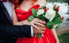 Download wallpapers wedding bouquet, white roses, red wedding dress, photoshoot, bride and groom