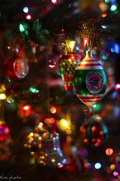 I love vintage ornaments, they remind me of happy childho. I love vintage ornaments, they remind me of happy childho. I love vintage ornaments, they remind me of happy childho. Old Fashion Christmas Tree, Christmas Scenes, Noel Christmas, Vintage Christmas Ornaments, Christmas Images, Winter Christmas, Magical Christmas, Glass Ornaments, Primitive Christmas