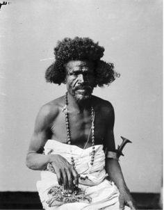 29 de febrero de 1884 El líder tribal sudanés Osman DignaLas fuerzas puristas islámicas sudanesas, al mando de los emires Madani ibn Alí y Abdallah ibn Hasid, lugartenientes del emir Osman Digna, son derrotadas en la batalla de El Teb por las tropas británicas que dirige el general Gerald Graham. Ambos líderes mahdistas perecen durante el combate.