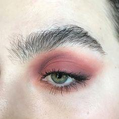 "161 Me gusta, 5 comentarios - Mariel Reilly (@marielreilly) en Instagram: ""new favorite eyeshadow . @katvondbeauty Lolita Eyeshadow . . #motd #makeup #urbandecay…"""