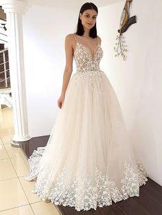 Traumhaftes Brautkleid mit Spaghettiträgern, tiefem V-Neck, tiefem Rückenausschnitt und Spitzenapplikationen auf dem Oberteil. Lace Wedding, Dream Wedding, Wedding Dresses, Formal Dresses, Fashion, La Mode, Linz, Wedding Dress Lace, Bridal Gown