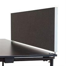 Bordskærm i grå stof med aluminiums ramme. Mål: L:180 x H:46 cm.