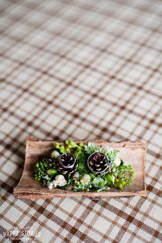 INNA Studio_ wedding pillow / floral pillow / ring pillow / rustykalna poduszka na obrączki / obrączki na drewnie / obrączki na korze drewna / fot. Happy Stories