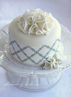White ruffle mini cake
