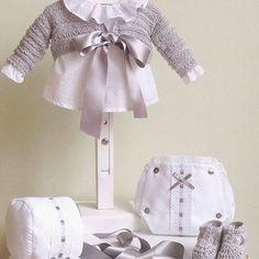 Conjunto cubre pañal en gris unisex para que tu bebé sea el más elegante de todos #petitcolibrishop    Modelo: C0002-16 Baby Knitting, Crochet Baby, Knit Crochet, Baby Socks, Reborn Dolls, Kids And Parenting, Baby Dress, Crochet Patterns, Unisex