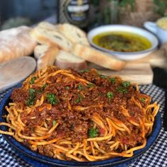 Sticky Chicken: Pittige kip in cola! - Familie over de kook Spicy Spaghetti, Spaghetti Bolognese, I Love Food, Good Food, Easy Cooking, Cooking Recipes, Asian Recipes, Healthy Recipes, Slow Cooker Beef