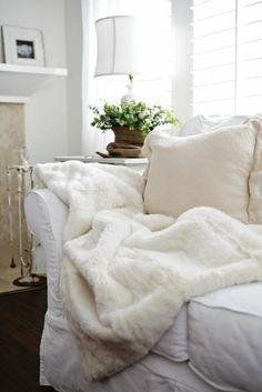 joli plaid en fourrure blanche pour le canape blanc et coussins blancs