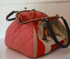 I like the frame with the handles. Quilted Gifts, Quilted Bag, Coco Chanel Bags, Bag Patches, Diy Bags Purses, Frame Purse, Denim Purse, Patchwork Bags, Fabric Bags