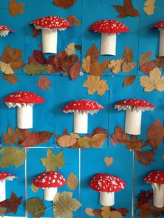champignon réalisé avec un demi rouleau de papier wc, une demi coque à melon et une feuille de papier pliée en éventail .
