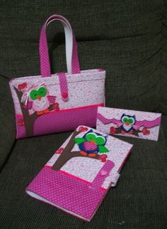 Kit Professor confeccionado em E.V.A e tecido <br>Composto por: <br>- 1 Bolsa <br>- 1 Estojo <br>- 1 capa de caderno pequeno <br> <br>As peças são produzidas de acordo com o gosto do cliente! <br>Ótima lembrança para professores!