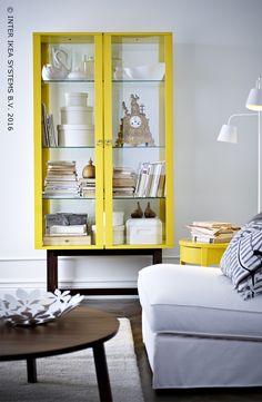 Ne cachez plus vos objets favoris dans des armoires fermées ! Montrez ce qu'il y a de plus beau chez vous grâce à des vitrine et rangements ouverts. Vitrine STOCKHOLM #IKEABE Don't hide your favorite things but show them off! Cabinet with glass doors STOCKHOLM #IKEABE