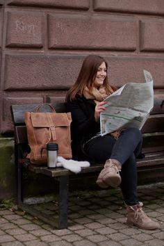 Lederrucksack Jaime | Einfach mal zurücklehnen und auf einer Parkbank Zeitung lesen. Das macht man doch viel zu selten.  2M21-20-6