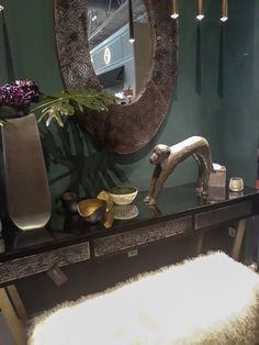 Wir konnten den Affen auf der Maison & Objet 2019 und auf der Imm Cologne als Deko-Element auf den Messeständen sehen. Art Deco Stil, Entryway Tables, Vanity, Paris, Mirror, Furniture, Home Decor, Dining Ware, Deko