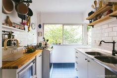 27-decoracao-cozinha-corredor-piso-azulejo-azul