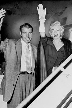 Marilyn and Joe DiMaggio departing New York for Los Angeles, September Joe Dimaggio Marilyn Monroe, Fotos Marilyn Monroe, Marylin Monroe, Viejo Hollywood, Old Hollywood, Hollywood Icons, Hollywood Stars, Marilyn Monroe Marriages, Marriage Pictures