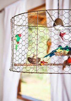 Na cozinha da casa do arquiteto Ricardo Caminada, em Gonçalves, Minas Gerais, destaque para o pendente feito com tela de galinheiro e pássaros de tecido
