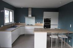 {Cuisine client} Cuisine blanche moderne réhaussée par un mur bleu. Une conception SoCoo'c Dieppe #cuisine #cuisineéquipée #cuisineblanche #blanc