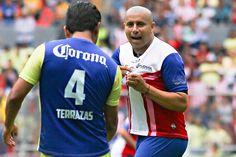 CHIVAS VENCE AL AMÉRICA EN CLÁSICO DE LEYENDAS El Rebaño ganó el partido con el que se conmemoraron cien años de la rivalidad más grande del futbol mexicano. Guadalajara venció a los azulcremas 2-1 con goles de el Bofo Bautista y Diego Martínez el Estadio Jalisco.