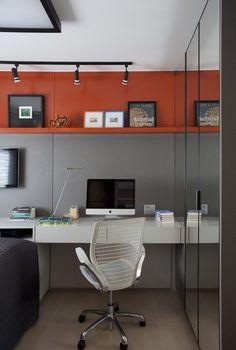 Iluminação direta: trilho e spots direcionáveis para os quadros, luminária de mesa sobre a bancada. Projeto de Juliana Pippi