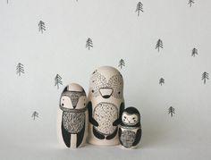 Ensemble séjour sauvage de 3 poupées gigognes russes de noir et blanc en bois peint à la main / poupée de matryoshka / poupées de babushka - ours, renard et hibou