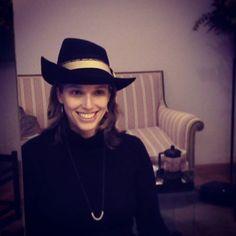 Nerea luce con luz propia con este sombrero de fieltro negro con el ala derecha muy subida y un gross-grain comprado en Italia de lo más original. #sombreros #hats #clientas #atelierdetocados #headwear