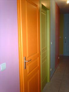 Les portes d'un couloir,toutes de la meme couleur????