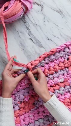 Upcycle your fabric scraps with this easy crochet DIY ropa aesthetic videos DIY Fabric Scraps Rug Crochet Diy, Crochet Crafts, Yarn Crafts, Crochet Projects, Sewing Crafts, Upcycled Crafts, Crochet With Fabric, Diy Crafts Rugs, Fabric Scrap Crafts