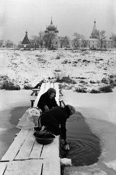 Henri Cartier-Bresson :: Washerwomen on a frozen river, Suzdal, Vladimir oblast, Russia, 1972