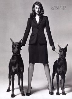 Supremacía femenina, guantes de cuero y perritos obedientes.
