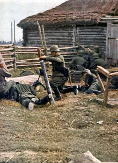 Deutscher Granatwerfertrupp in Russland - 1942.  German mortar crew in Russia.