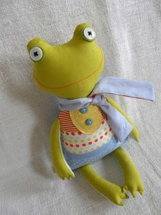 cutest little frog from one of my absolute favorite etsy shops.... I almost hate to share it with anyone. :)