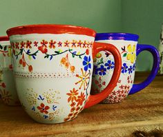 "DIY sharpie floral mugs. I've heard varying tales of success and woe re: diy sharpie mugs. Trick seems to be ""stoneware"" mugs, brand name sharpie, bake at 400 for 45 hour, & handwash. Diy Craft Projects, Sharpie Projects, Diy Crafts For Teens, Sharpie Crafts, Fun Crafts, Sharpie Markers, Sharpie Art, Sharpie Designs, Cool Diy"