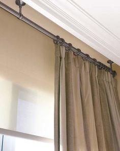 La barra de las cortinas se ancla al techo