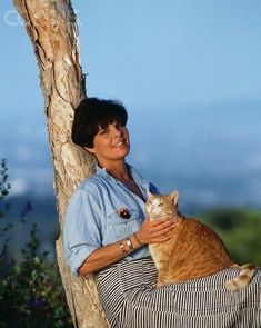 Ali MacGraw, with one of her cats at home in Malibu. Ali Macgraw, Animal Gato, Mundo Animal, Crazy Cat Lady, Crazy Cats, Cool Cats, I Love Cats, Celebrities With Cats, Son Chat