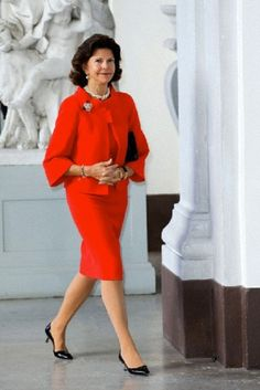 Queen Silvia of Sweden waits for guests from the Netherlands at the royal palace in Stockholm, Sweden, 14.10.13.