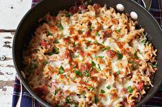 Préparé entièrement dans une seule poêle, ce délicieux plat vous plaira certainement. Il est composé de saucisse italienne au poulet, de tomates en dés, de fusillis, de fromage fondant et de basilic frais.