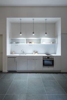 A iluminação na bancada da cozinha deve fornecer luz sem sombra, para que não dificulte a visão dos alimentos // Gallery of 3in1 / batlab architects - 8