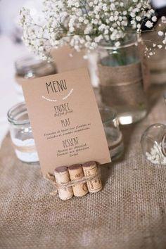 Menus et porte menus nature et champêtre avec des bouchons et du papier style papier kraft. Ces porte-menu sont à réaliser soi-même : vive le DIY