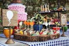 Piquenique no parque teve tronco de árvore como bandeja! E como o lugar não permite bolas de encher, elas foram representadas em uma plaquinha de madeira pintada à mão. By @lepartieproducoes. #natocadesign #festainfantil #kidsparty #party #piquenique #picnic #picnicparty