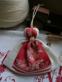 Would be a cute key fob Pin Cushions, Small Cushions, How To Make Tassels, Scented Sachets, Primitive Furniture, Linen Bag, Fabric Bags, Christmas And New Year, Handicraft