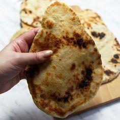 Chleb z patelni- indyjskie chlebki naan. Indyjskie pieczywo, płaskie chlebki pieczone na patelni.
